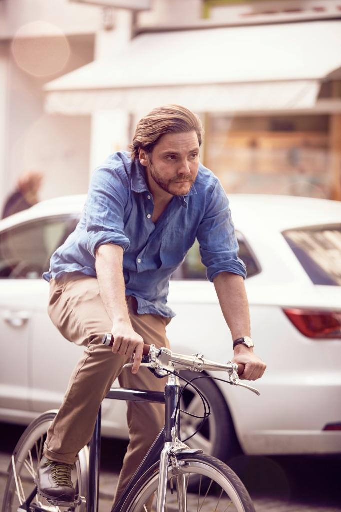 Daniel Bruehl in traffic