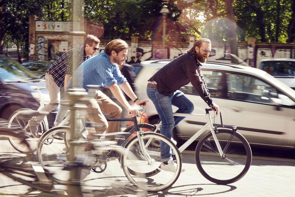 Daniel Bruehl riding with Schindelhauer crew