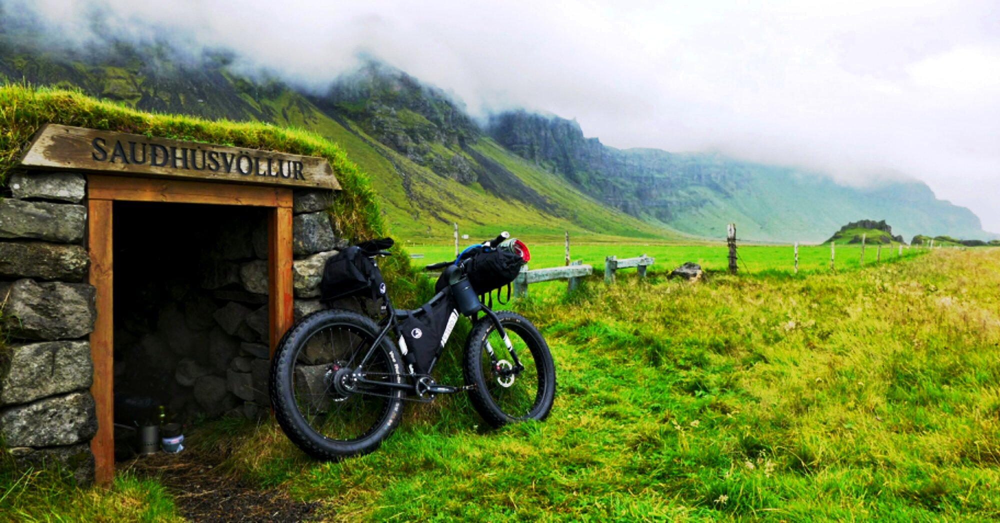 Unchained Iceland_bike against hut