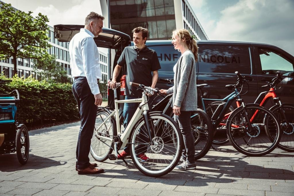 HNF-couple receiving bike-DOERK