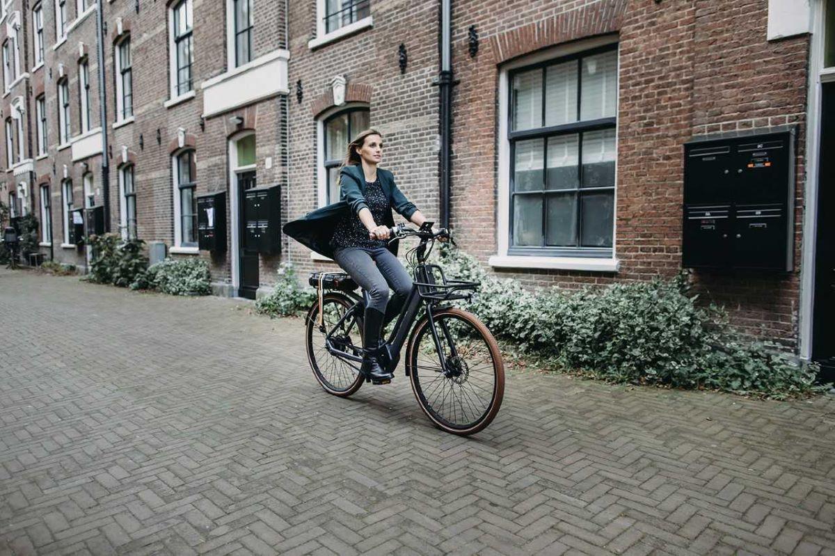 Anieke van de Lee commuting on her belted Qwic.
